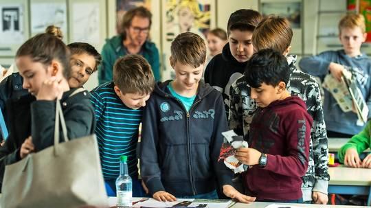 Schülerinnen und Schüler des Frauenlob-Gymnasiums in Mainz während des Kunstunterrichts.