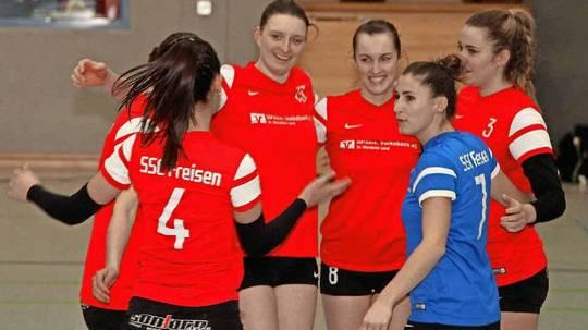 Allen Grund zur Freude: Die Volleyballerinnen des SSC Freisen verabschiedeten sich mit einem 3:1 im letzten Saison-Heimspiel von ihren Fans. Foto: B&K