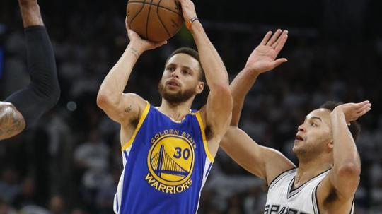 Golden State Warriors-Spieler Stephen Curry (R) geht zum Korb (picture