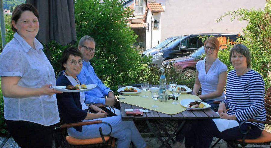 Manuela Henrich Vom Hubertushof Born Servierte Das Testessen Auf Der  Terrasse An Die Jury Hilde Lauer