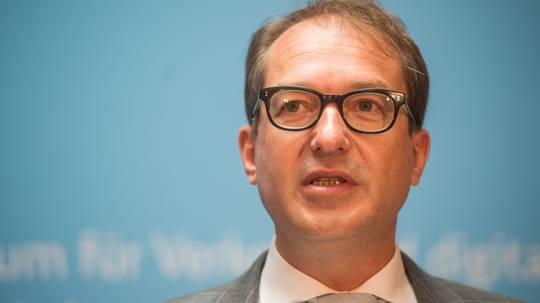 Dobrindt plant laut Bericht Fahrverbot bei Handynutzung am Steuer