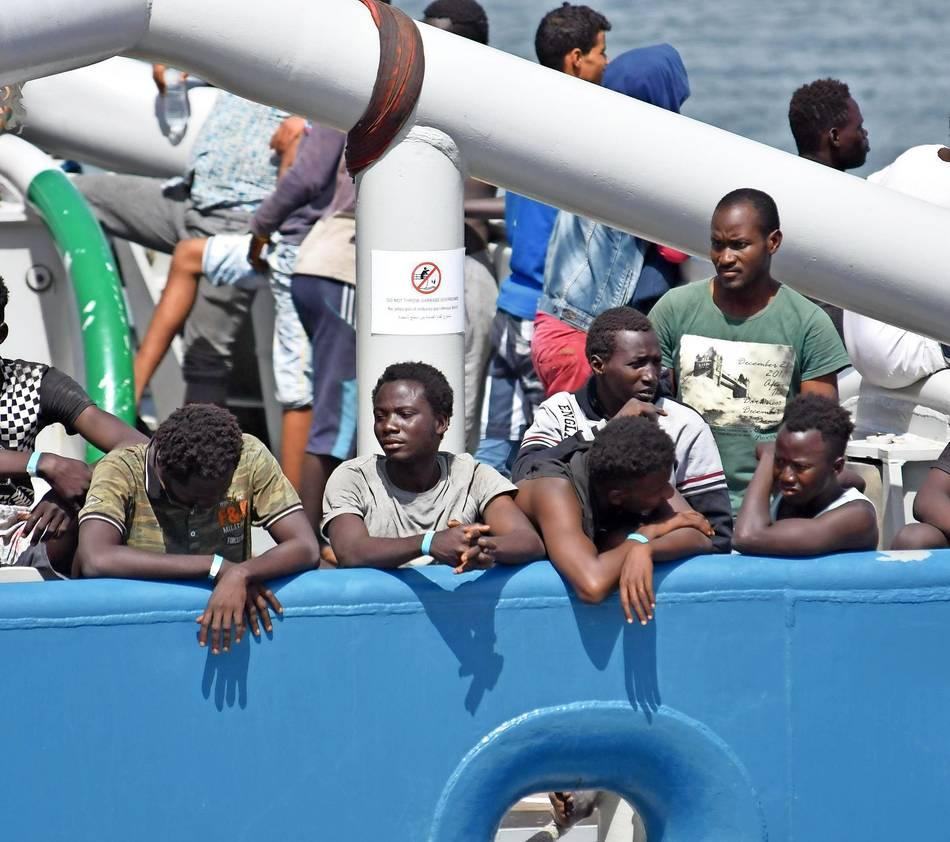 Migranten stehen an Bord eines schwedischen Marineschiffs im Hafen von Catania. Italien fühlt sich von der EU in der Flüchtlingsfrage im Stich gelassen