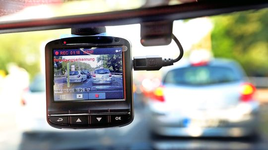 Etwa acht Prozent der deutschen Autofahrer haben inzwischen eine sogenannte Dashcam hinter der Windschutzschreibe.