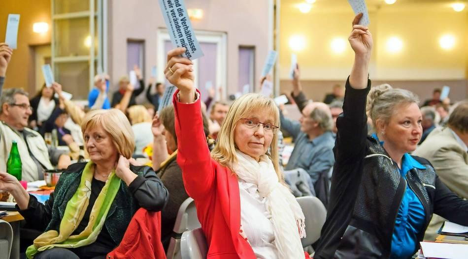 Die Landesvorsitzende Astrid Schramm (in rot) – hier bei einem Parteitag im Jahr 2015 – fordert eine Aufklärung der Vorwürfe.