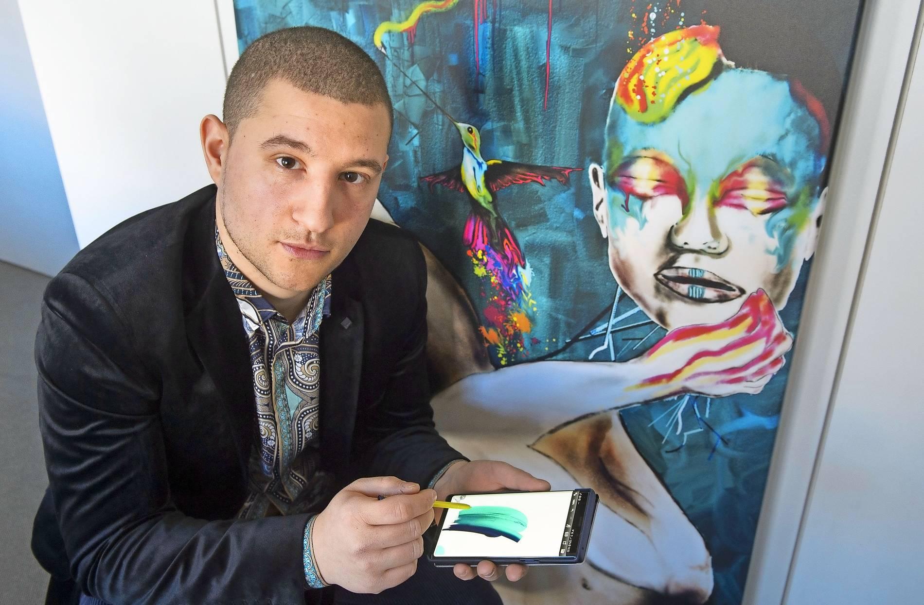 Künstler Rocco Indovina Aus Saarbrücken Malt Mit Seinem Smartphone