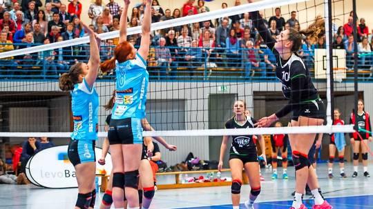 Die Lebacherin Mira Bohlen (rechts) schmettert. Der Freisener Block versucht den Angriffsball abzuwehren. Lebach gewann souverän mit 3:0.