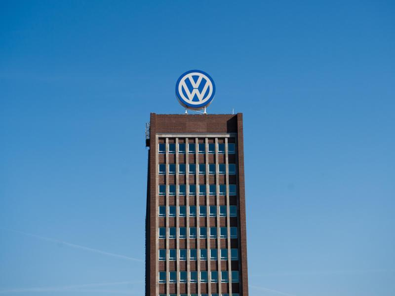 Das Volkswagen Logo prangt über dem Verwaltungshochhaus auf dem VW Werk in Wolfsburg. Foto/Julian Stratenschulte/Illustration Foto: Julian Stratenschulte