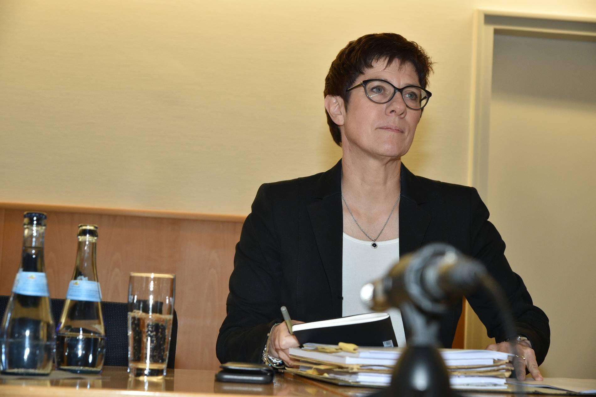 Parteien - Kramp-Karrenbauer kritisiert Röttgen und Merz