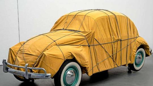 "Ein verpackter Käfer: Christos ""Wrapped Beetle"". Foto: Christo 2014 / Wolfgang Volz"