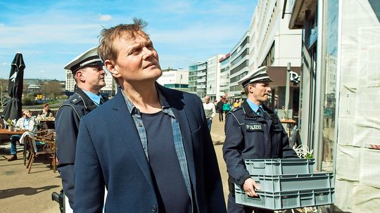 """Auch wenn längst via Internet gemeuchelt wird die Hausdurchsuchung kommt im TV-Krimi nicht aus der Mode. Hauptkommissar Jens Stellbrink spürt im neuen SR-""""Tatort"""" Hackern an der Berliner Promenade in Saarbrücken nach"""