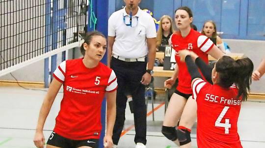 Doreen Werth (rechts) hat den Ball angenommen. Links wartet Noreen Geenen auf das Zuspiel. Die Mittelblockerin geht seit zwei Jahren für den SSC Freisen, zuvor hatte sie lange Jahre Handball gespielt.