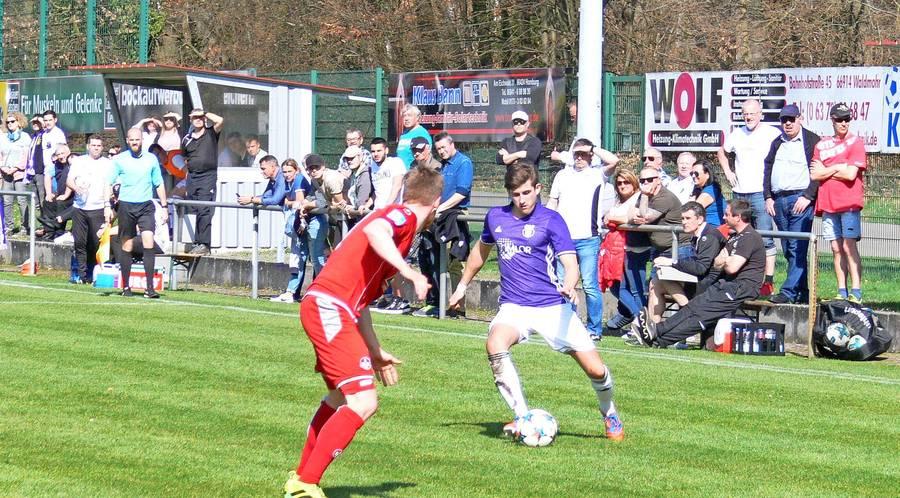 Steven Simon (rechts) – hier gegen den 1. FC Kaiserslautern II– flankt künftig für den FC Hertha Wiesbach.