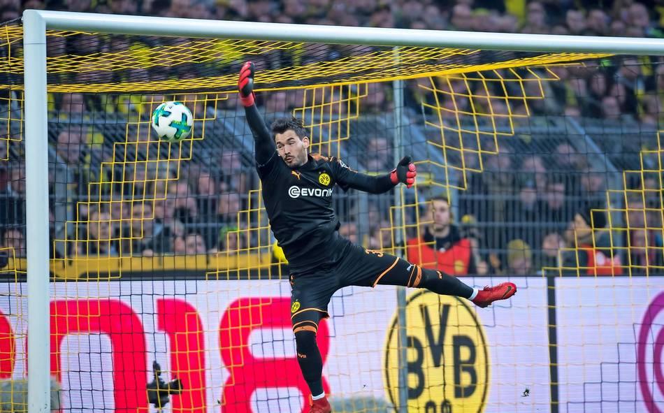 BVB-Torwart Roman Bürki kassierte ein Gegentor aus 40 Metern. Danach kritisierte er sich nicht selbst sondern die Fans – und bekam Kontra