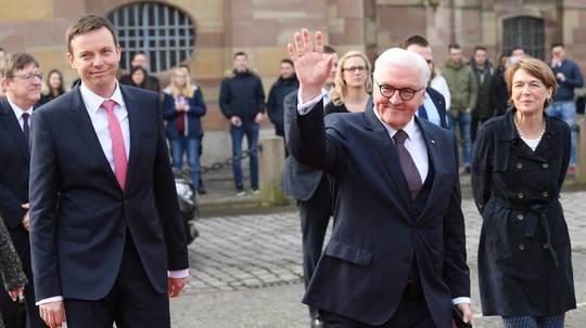 Steinmeier äußert sich zur Nationalhymne - und sieht es wie Merkel